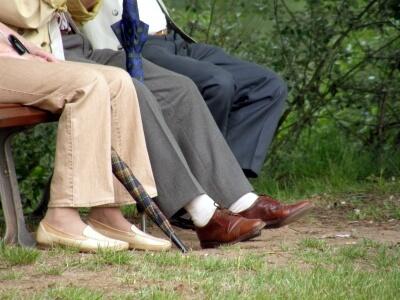Senioren auf Parkbank (c) ulikat  / pixelio.de