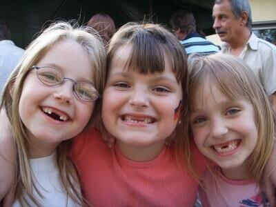3 glückliche Kinder (c) Erich Bals / pixelio.de