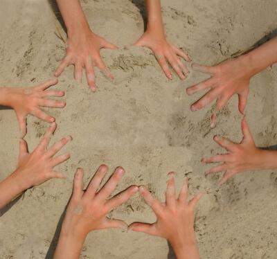 Urlaub | Hände im Sand (c) S. Hofschlaeger / pixelio.de
