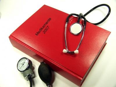 Arztbesuch   Handbuch mit Stethoskop (c) Siegfried Fries / pixelio.de
