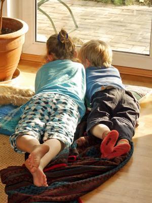 Kinder lesen am morgen (c) magicpen / pixelio.de