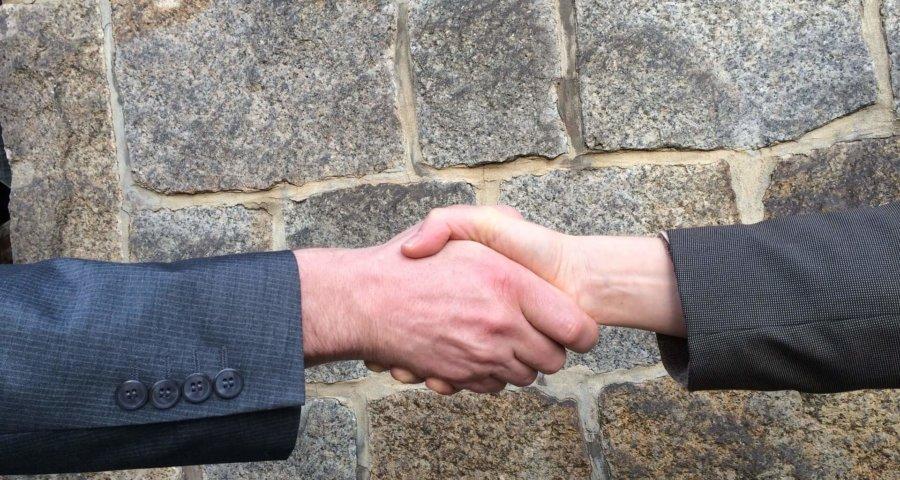 Abgemacht? Handschlag drauf. (c) ulischu / pixabay.de