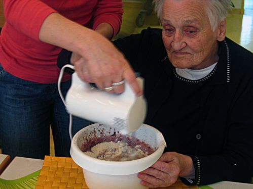 Seniorin backt | Aktivierung (c) Gerd Altmann / pixelio.de