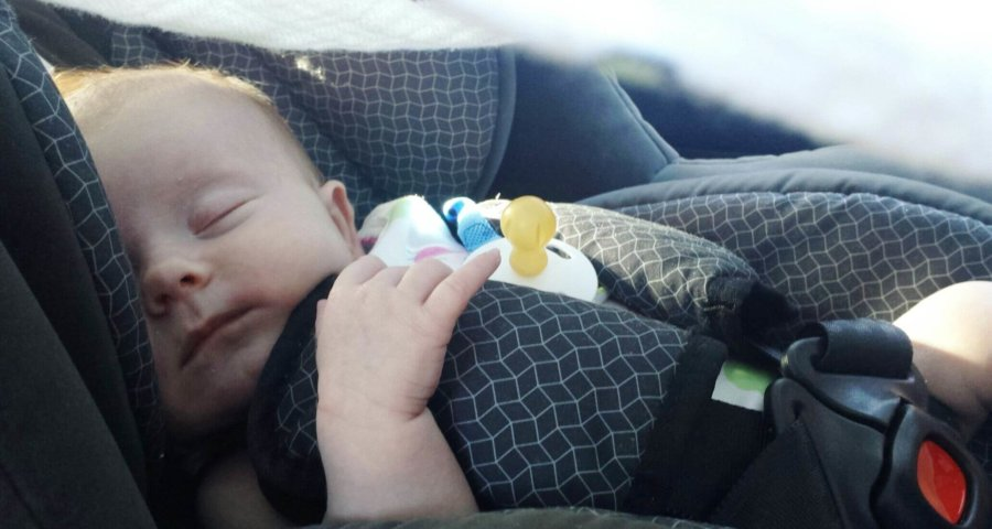 Kind schläft im Autositz (c) tammydz / pixabay.de