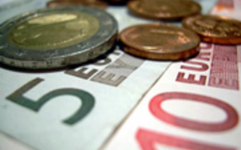 Geld | Münzen und 15 Euro als Scheine (c) artefaktum / pixelio.de