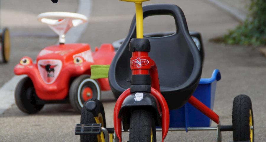 Kinderfahrzeuge, Dreirad und Bobbycar (c) Efraimstochter / pixabay.de
